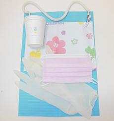 ゴム手袋、患者様用のコップ・エプロンも使い捨てを使用